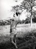Photo Originale Gay & Playboy - Bel Homme Sexy & Torse Nu Sportif Dans Le Lancé De Ballon De Volley Ball En 1957 - Personnes Anonymes