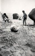 Amusante Photo Originale Plage & Maillot De Bain Pour Homme Enterré Ne Laissant Apparaître Que Sa Tête Vers 1950 - Drôle - Personnes Anonymes