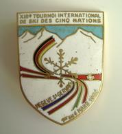 1964 XIII Eme  CHAMPIONNATS DE FRANCE MEGEVE  SCI  SKI  INC  A. AUGIS   SPILLA  VECCHIO PIN'S SPILLA Porcellanata - Winter Sports