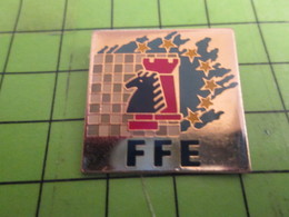 1415c Pin's Pins /  Rare & De Belle Qualité : THEME JEUX / FFR FEDERATION FRANCAISE D'ECHECS ECHIQUIER TOUR CAVALIER - Games