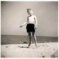 Amusante Photo Carrée B.B. Originale - Le Jeune Garçon Dans Les Airs, Lévitation à La Plage & Grimace Sans Dents Vs 1960 - Personnes Anonymes