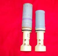 MILITARIA GRENADE DE 1968 AVEC SON TUBE EN PLASTIQUE + UN AUTRE TUBE DE 1977 - Armes Neutralisées