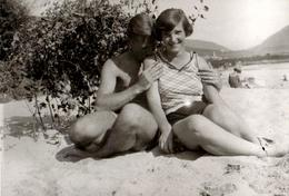 Photo Originale Portrait D'un Jeune Couple Amoureux Romantique Et Petit Bisou Sur L'épaule Vers 1930/40 Coquin & Coquine - Personnes Anonymes