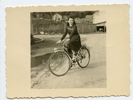 Jeune Fille Femme Velo Woman Girl - Personnes Anonymes