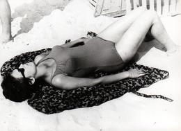 Photo Originale Plage & Maillot Une Pièce Pour Pin-Up En Mode Bronzette & Lunettes De Soleil Vers 1960 - Pin-up