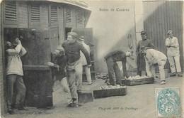 CPA Scène De Caserne Flagrant Délit De Fricotage Humour Soldats Uniformes Militaria - Casernes