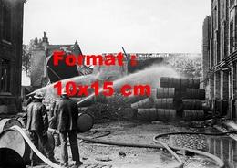 Reproduction D'une Photographie Ancienne De Pompiers Arrosant L'incendie D'une Distillerie à Puteaux à Paris En 1949 - Reproductions
