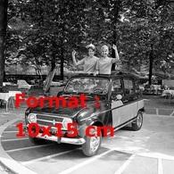 Reproduction D'une Photographie Ancienne De Deux Hôtesses Dans La Nouvelle Renault 4 En 1967 - Repro's