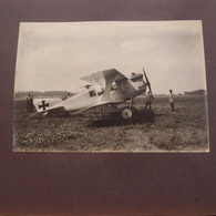 2 Photos Authentiques Guerre 14-18 Aviation Avion Allemand Et Village En Ruine à Identifier - War, Military