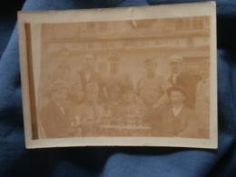 Petite Photo  Hommes Et Militaires Buvant A Une Terrase De Café  Bière Gangloff  Souvenir 14/07/22- L402 - Personnes Anonymes