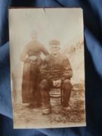 Petite Photo  Couple De Paysans Dans Un Champ  Sabots En Bois  Année 1910-20- L402 - Personnes Anonymes