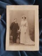 Photo Format Cabinet  Couple De Jeunes Mariés  Femme Très Grande  Après 1900 - L402 - Personnes Anonymes