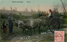 CPA RETOUR Des CHAMPS - ELD - Postée Depuis GENEVE - Attelage Boeufs Famille 1907 Glacée Paysan - Spannen