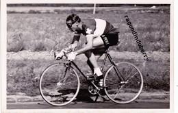 PHOTO - CYCLIMSE - COUREUR SUISSE à Identifier Probablement KUBLER Ou KOBLET En 1951 Format 18cm Sur 12 - Sport