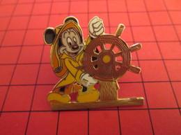 DIS-SPE Pin's Pins : BEAU ET RARE : DISNEY Très Grand Pin's MICKEY A LA BARRE C'est Plus Raymond Barre ? - Disney