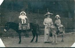 Photographie D'une Mere Et Ses 2 Enfants à Dos D' Anes à  Identifier  ( Le Prénons Des Enfants Est Signifié Au Verso ) - Photographie