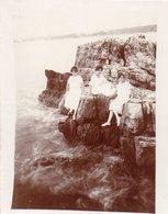 82Ve  Photo 06 Cap D'Antibes 3 Jeunes Filles Dans Les Rochers Année 1920 - Photographie
