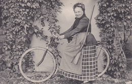 CPA Femme Sur Une Bicyclette Fusil De Chasse Chasseuse Vélo Cyclisme Cycling Radsport Type (2 Scans) - Cycling
