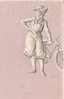 CPA Gaufrée Style Camée Femme Et Sa Bicyclette Vélo Cyclisme Cycling Radsport Embossed (2 Scans) - Cycling
