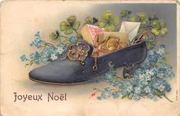 Thème Noël : Père Noël   Chaussure Et Fleurs       Carte Gaufrée     (voir Scan) - Noël