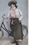 CPA Femme Bicyclette Vélo Cyclisme Cycliste Cycling Radsport Mode Chapeau Fantaisie (2 Scans) - Cycling