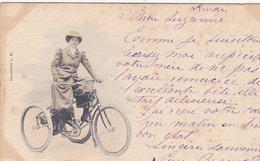 """CPA Femme Sur Un Tricycle """"La Parisienne"""" Bicyclette Vélo Cyclisme Cycliste Cycling Radsport (2 Scans) - Cycling"""