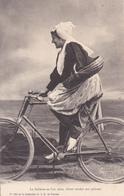 CPA Sablaise Allant Vendre Son Poisson En L'an 2000 Femme Bicyclette Vélo Cyclisme Cycliste Cycling Radsport (2 Scans) - Cycling