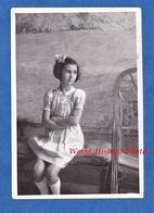 Photo Ancienne Snapshot - Beau Portrait D'une Jeune Fille Assise - Enfant Girl Robe Dress Coiffure Noeud Cheveux - Photographs