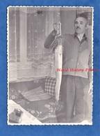 Photo Ancienne Snapshot - Homme De Retour à La Maison Aprés La Pêche - Poisson Fish Trophée Pécheur Mode Deco Decor - Sport