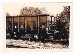 PHOTO Originale Train Wagon Tombereau à Essieux Avec Passerelle En Bout Dans Les Années 60 - Trains