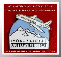 SUPER PIN'S JEUX OLYMPIQUES 92 - AVIATION : LIAISON Aérienne Entre LYON-SATOLAS Et ALBERVILLE Version Ciel BLEU CLAIR - Jeux Olympiques