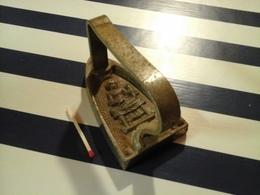 Jouet Ancien Ou Petit  Fer A Repasser Miniature En Fonte Au Tres Rare Motif De Petite Repasseuse - Art Populaire