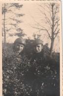 Rare Photo Deux  Soldats Casqués Dont Casque Tankiste 8,5 X 13,5 Cm - 1939-45
