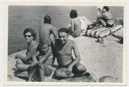 REAL PHOTO, Family On Beach  Swimsuit Woman Trunks Man Girl ,Homme Femme Et Fillette Sur Plage Old  ORIGINAL - Photographs