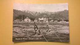 CARTOLINA POSTCARD VIAGGIATA ITALIA 1961 BOLLO MICHELANGIOLESCA MARINA DI MASSA SPIAGGIA ALPI APUANE ANNULLO RONCHI - Massa