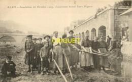 30 Alais, Alès, Inondation 1907, Lessiveuses Tirant Leurs Piquets, Beau Plan Des Femmes Avec Leurs Enfants - Alès