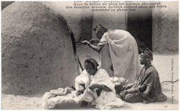 SOUDAN - TOMBOUCTOU - Avec La Farine Du Pays Les Femmes Pétrissent Des Galettes (takoula) - Soudan