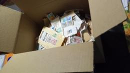 D328 CARTON + DE 2 KG TIMBRES SUR PAPIER MAJORITÉ FRANCE ET JAPON A TRIER BELLE COTE DÉPART 10€ - Lots & Kiloware (mixtures) - Min. 1000 Stamps