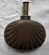 PETITE POIRE A POUDRE FORME COQUILLAGE EN CUIVRE, PETIT BOUCHON LAITON (travail De Poilu ?) - Ausrüstung