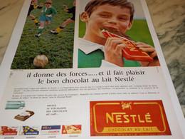 ANCIENNE PUBLICITE TABLETTE DE CHOCOLAT DONNE DES FORCE  NESTLE 1965 - Affiches