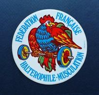 AUTOCOLLANT ILLUSTRATION MICHEL BRUN 1981 FEDERATION FRANCAISE HALTEROPHILIE  COQ - Autocollants