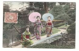 JAPON  /  3  GEISHAS  AVEC  SUPERBES  KIMONOS  +  OMBRELLES - Japan