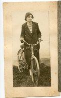 Jeune Femme Velo Cyclisme Young Woman  Sur Carton Mounted 20s 30s - Personnes Anonymes