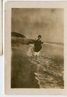 Femme Woman Plage Beach Mer Ocean Romantism Romantisme Sepia Faded - Personnes Anonymes