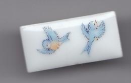Pin's Thosca En Porcelaine De Limoges Oiseaux Réf 3974 - Animales
