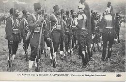 Régiments - Revue Du 14 Juillet à Longchamp Cuirassiers Et Tirailleurs Sénégalais Fraternisent Tres Bon état - Guerre 1914-18