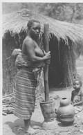 Photographie  Rare. Négresse Et Ses Enfants; Pilant Du Manioc Pour En Faire Du Bunga.----scan--- - Belgian Congo - Other