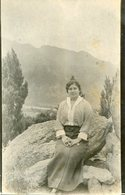 MUJER SENTADA SOBRE UNA PIEDRA MODA ANTIGUA / WOMAN SITTING ON A STONE OLD FASHION / CIRCA 1930 POSTAL POST CARD -LILHU - Fotografie