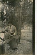 MUJER LEYENDO UN DIARIO, MODA ANTIGUA / WOMAN READING A NEWSPAPER, OLD FASHION / CIRCA 1930 POSTAL POST CARD -LILHU - Fotografie