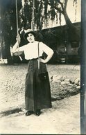 MUJER JUNTO A UN COLUMPIO, MODA ANTIGUA / WOMAN NEAR A SWING, OLD FASHION / CIRCA 1930 POSTAL POST CARD -LILHU - Fotografie